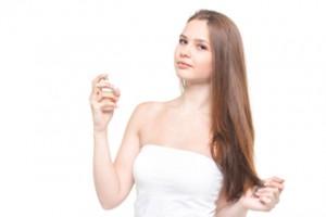 香水をかけるモデル