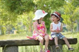 草原のなかの子供たち