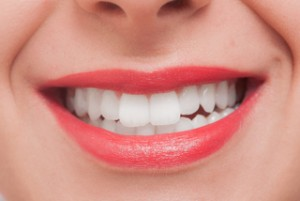 女性のきれいな歯と口元