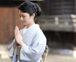 神社へ参拝する女性