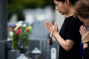 御墓参りする女性